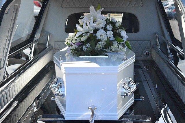 cercueil blanc dans corbillard